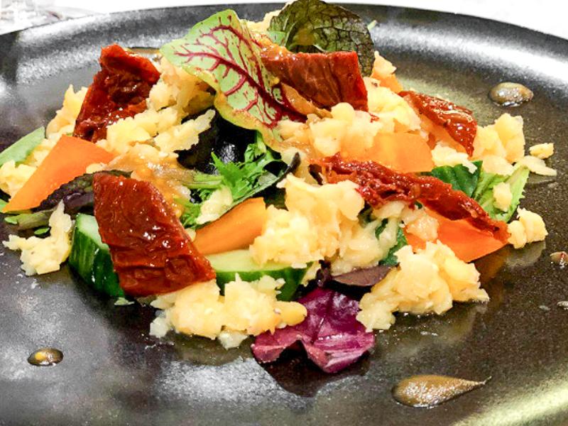 Салат с чечевицей и вялеными томатами
