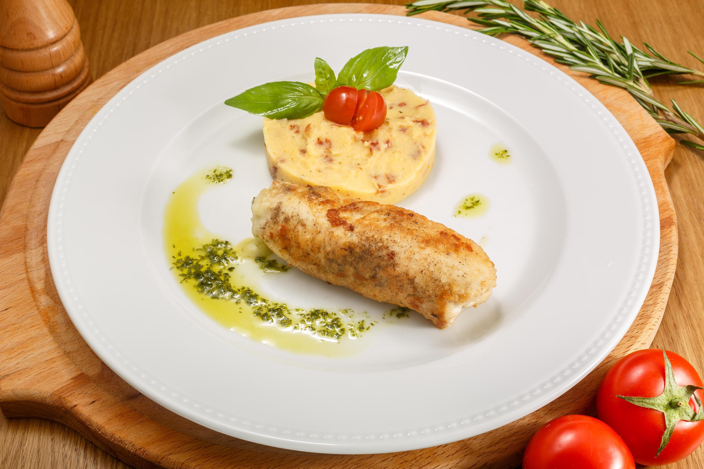 Куриная грудка с базиликом, сыром и картофельным пюре