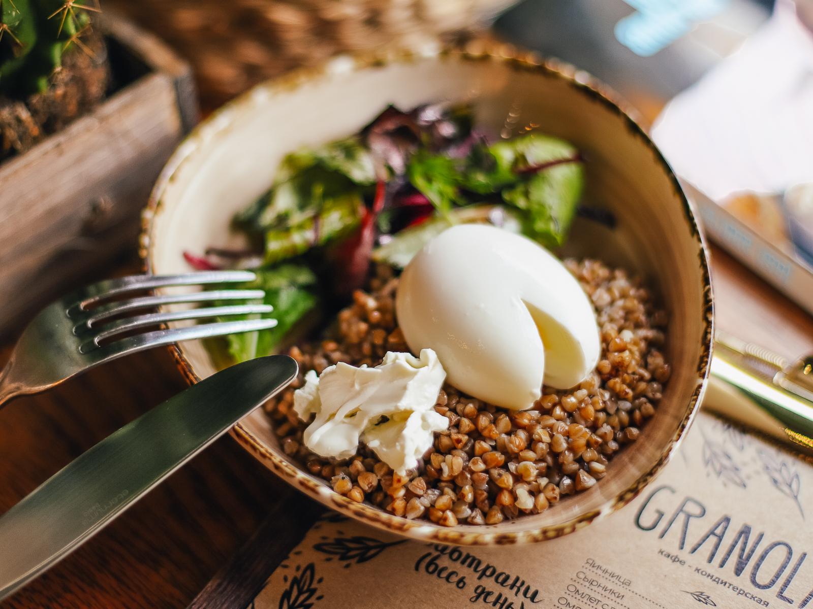 Паровая гречка с яйцом и творожным сыром