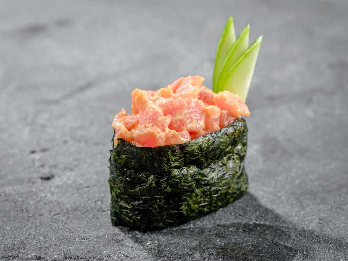 Гункан с тунцом спайс