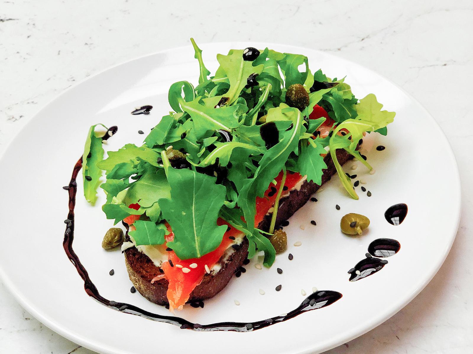 Ржаной тост с лососем и сливочным сыром