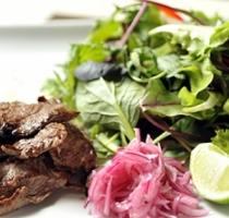 Пряный салат с говядиной и редисом