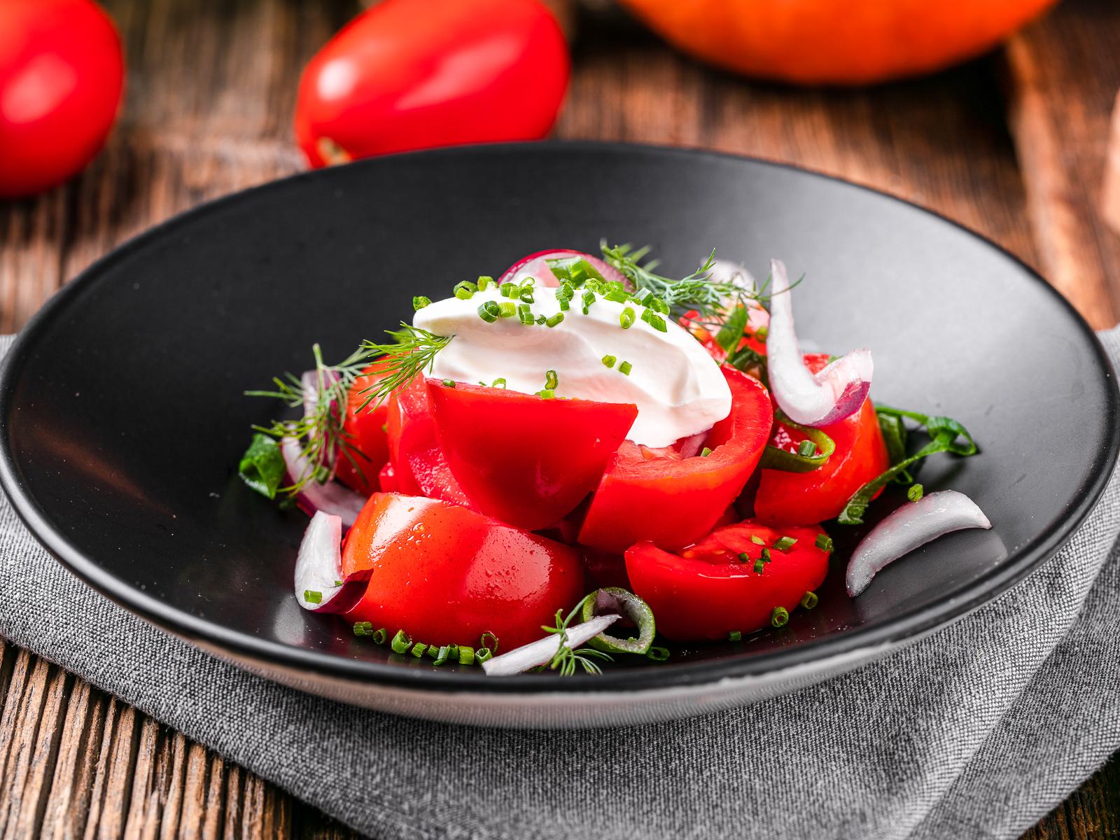 Салат из свежих томатов