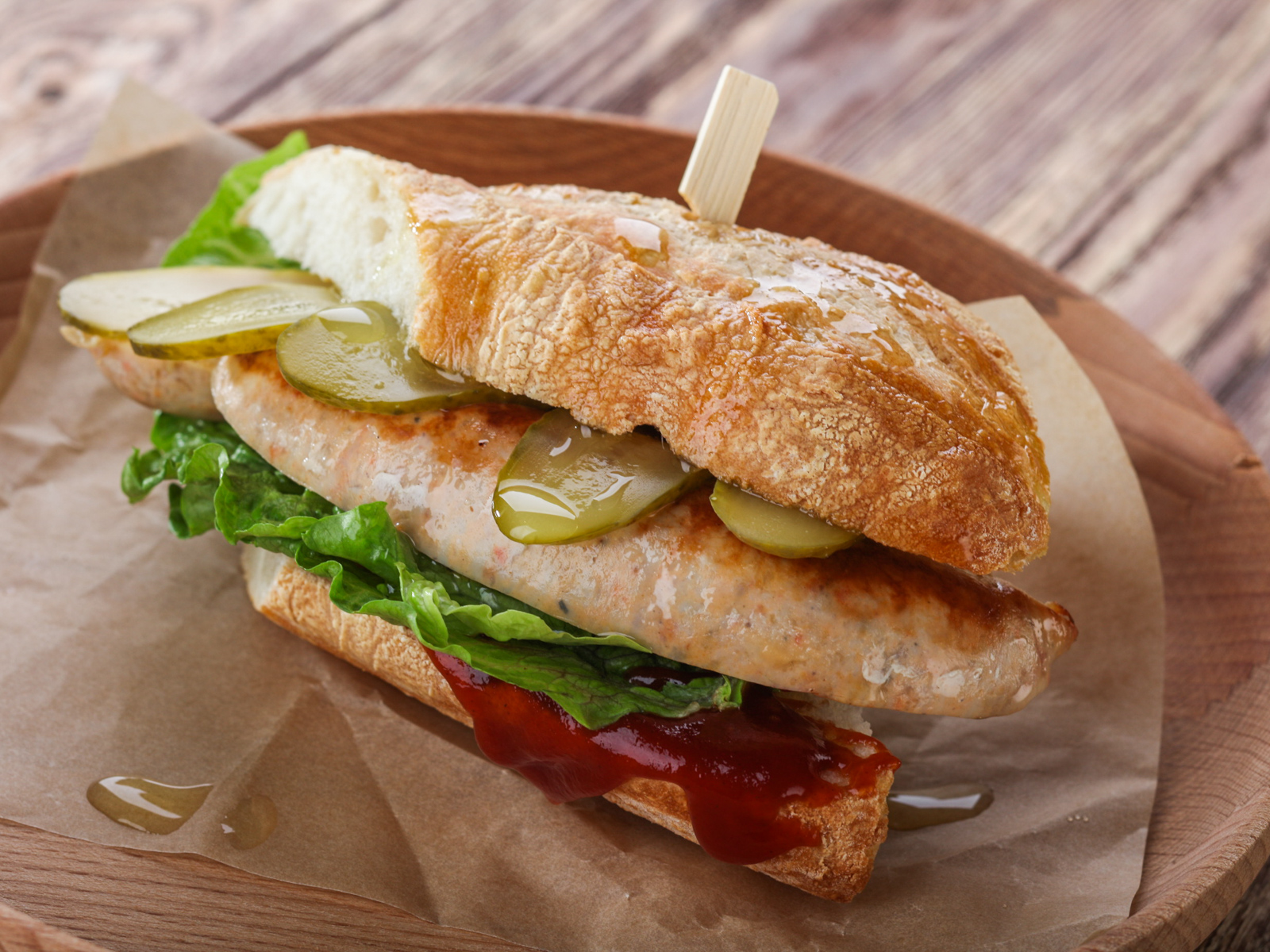 Сендвич с куриной колбаской гриль