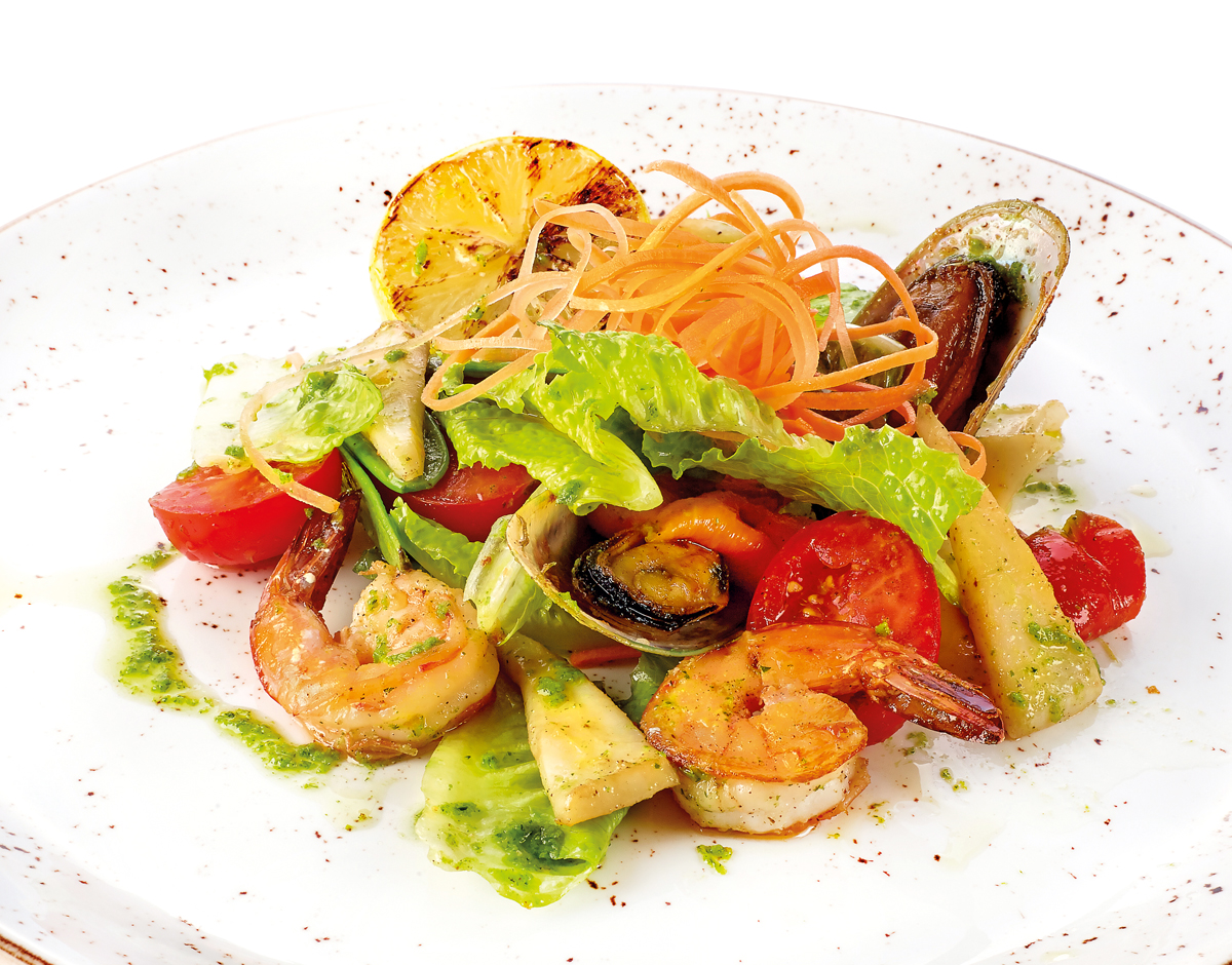 Тёплый салат с морепродуктами и овощами