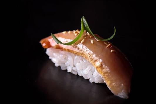 Суши Никкей с мраморной говядиной, фуа-гра и соусом понзу