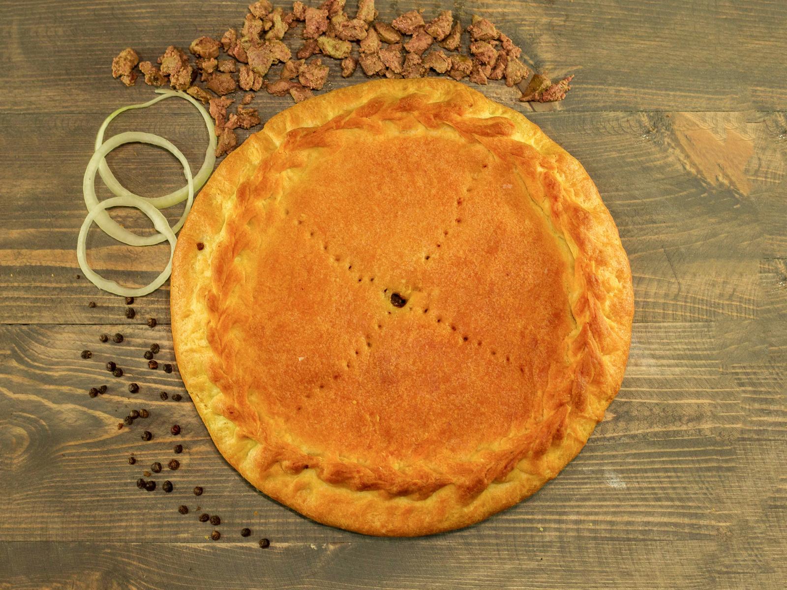 Пирог с куриной печенью и луком