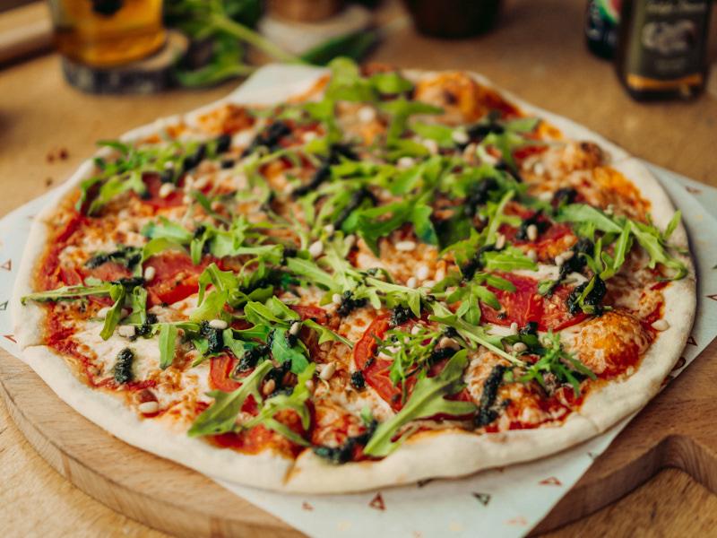 Пицца с листьями рукколы