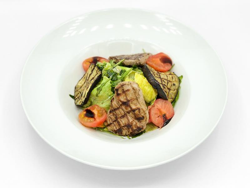 Салат теплый с телятиной на гриле