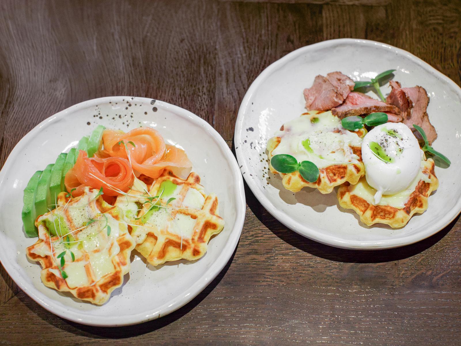 Картофельные вафли с ростбифом, яйцом пашот и голландским соусом