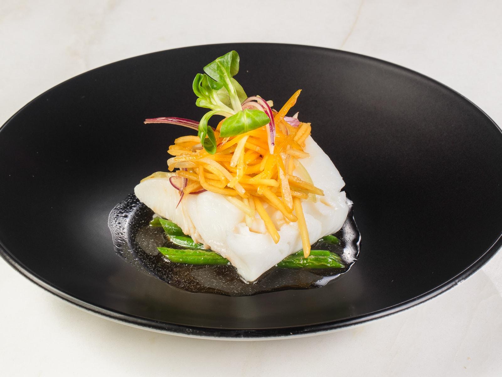 Палтус с тайским салатом