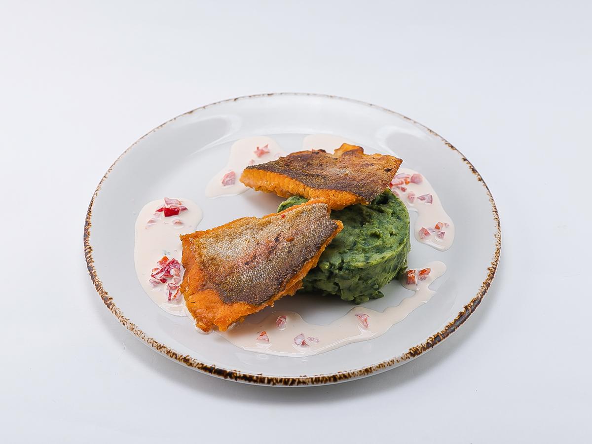 Форель жареная на подушке из картофельно-шпинатного пюре