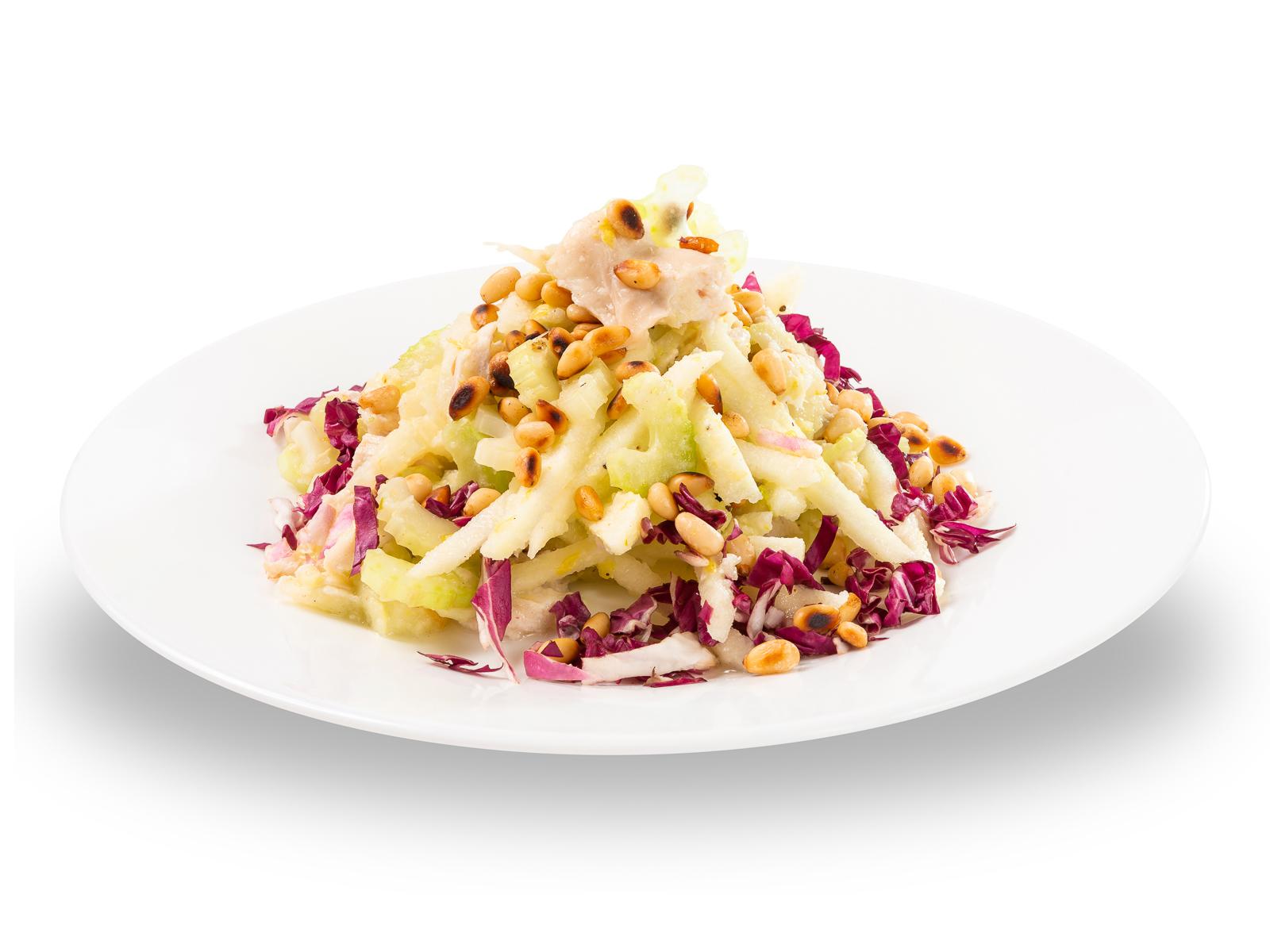 Салат из белого мяса курицы с сельдереем и зелёным яблоком