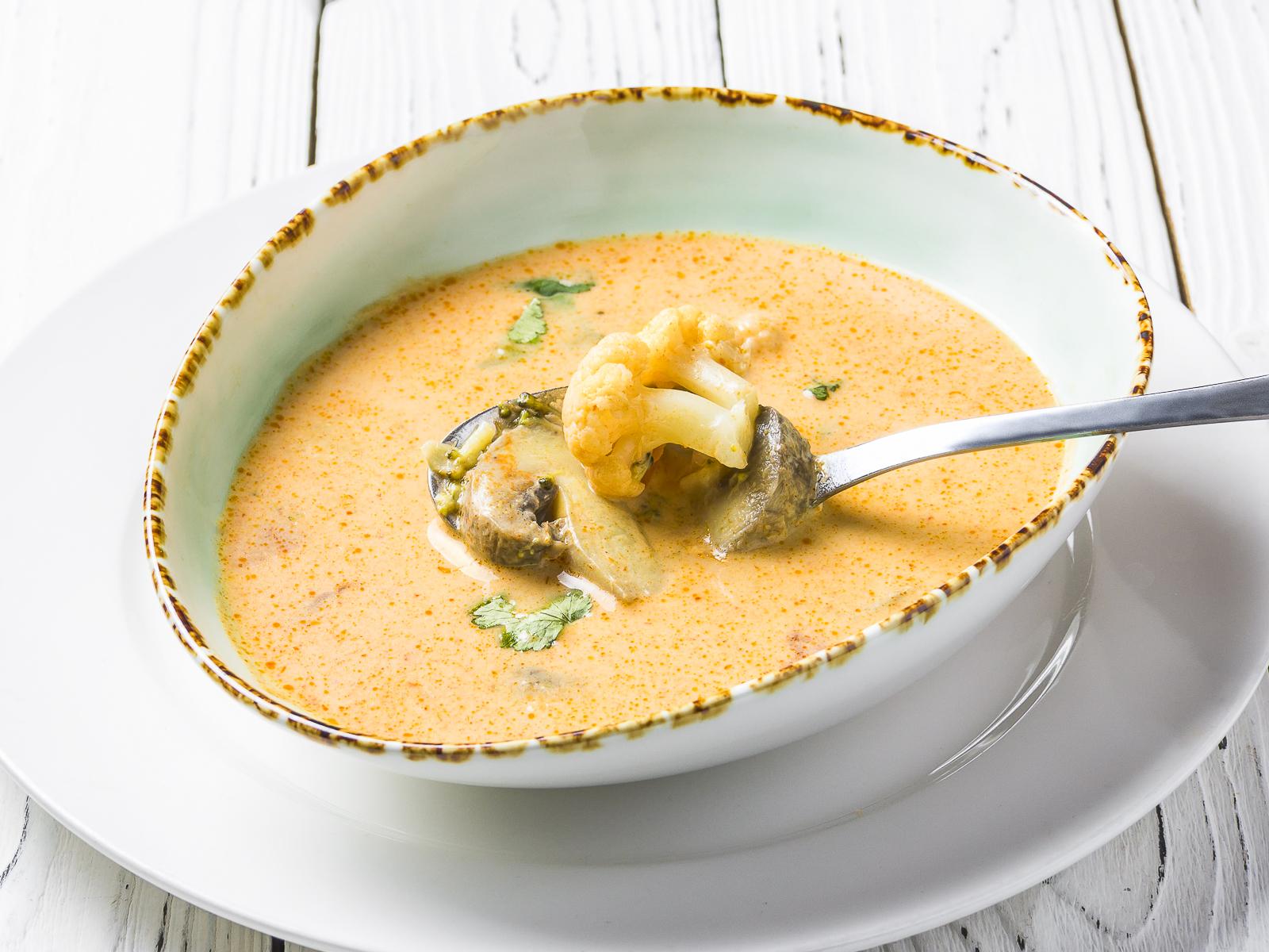 Азиатский суп с овощами и кокосовым молоком