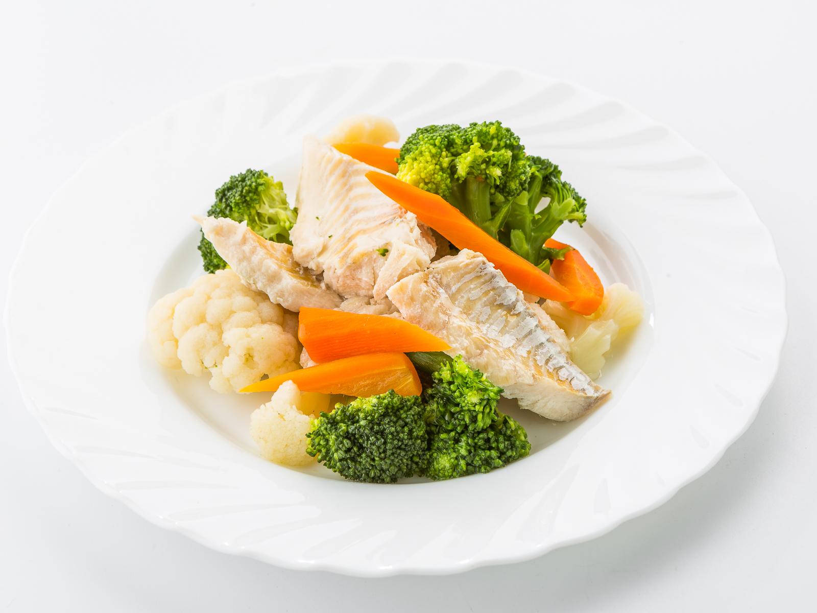 Рыба белая на пару с овощами