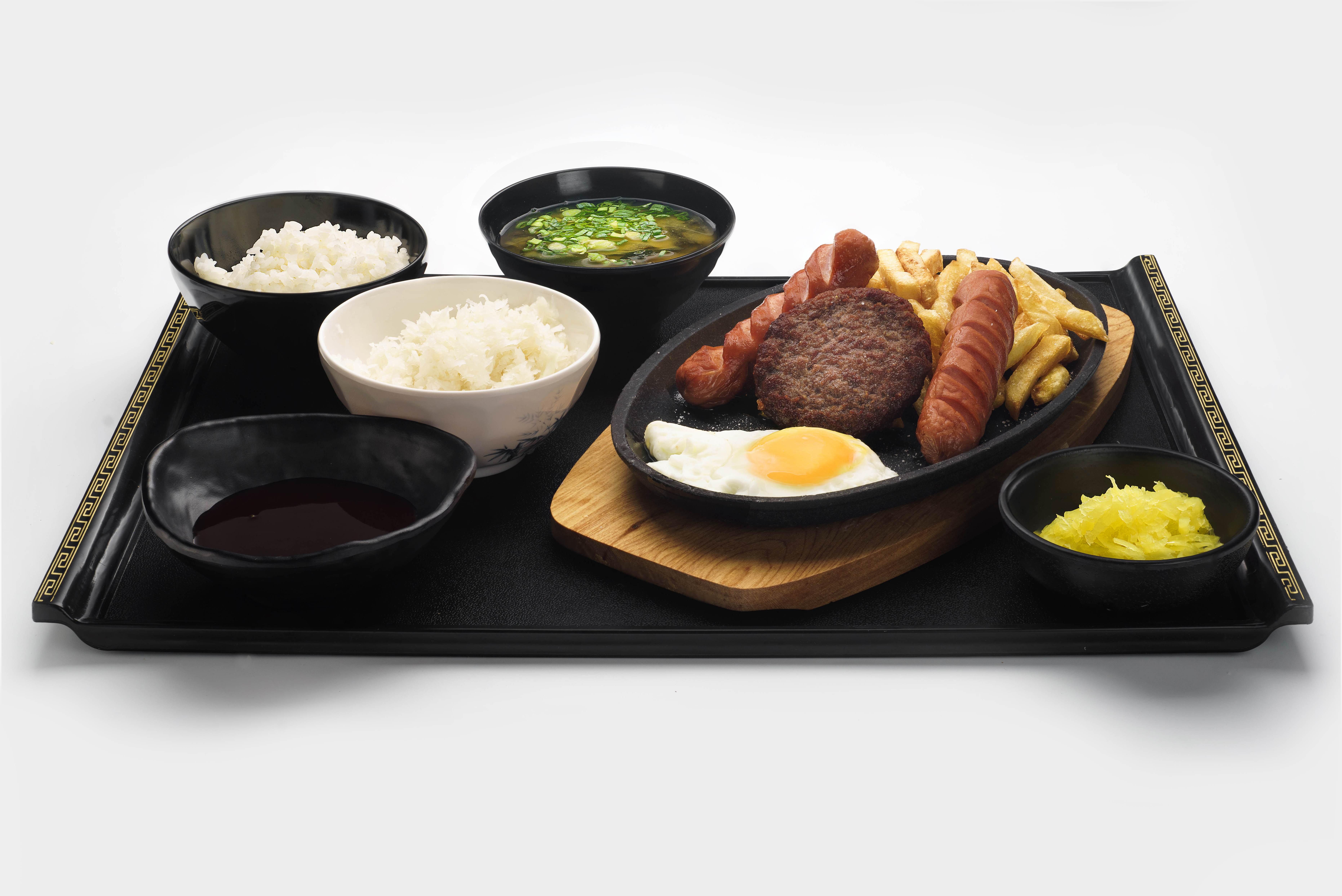 Сет сочная говяжья котлета с картофелем фри, домашними сосисками и яйцом