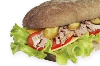 Сэндвич с тунцом на ржано-пшеничном хлебе