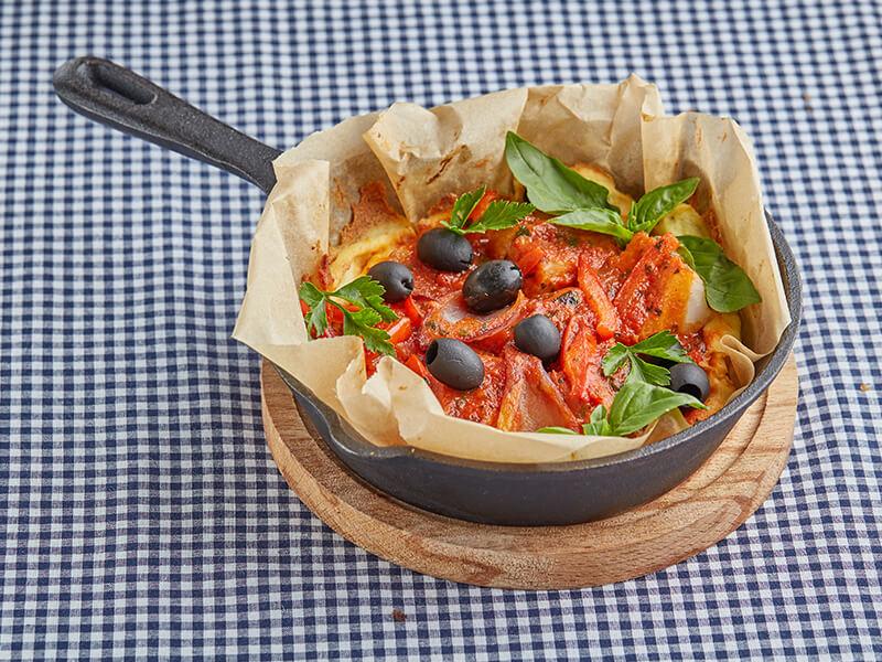 Треска с овощами в картофельной корзинке под томатным соусом