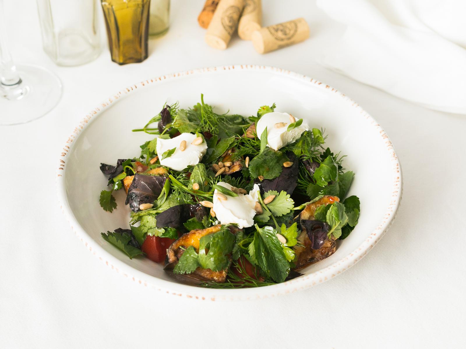 Салат с хрустящими баклажанами, томатами и сливочным сыром