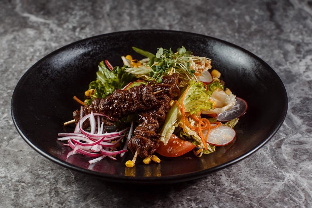 Салат с якитори из телятины