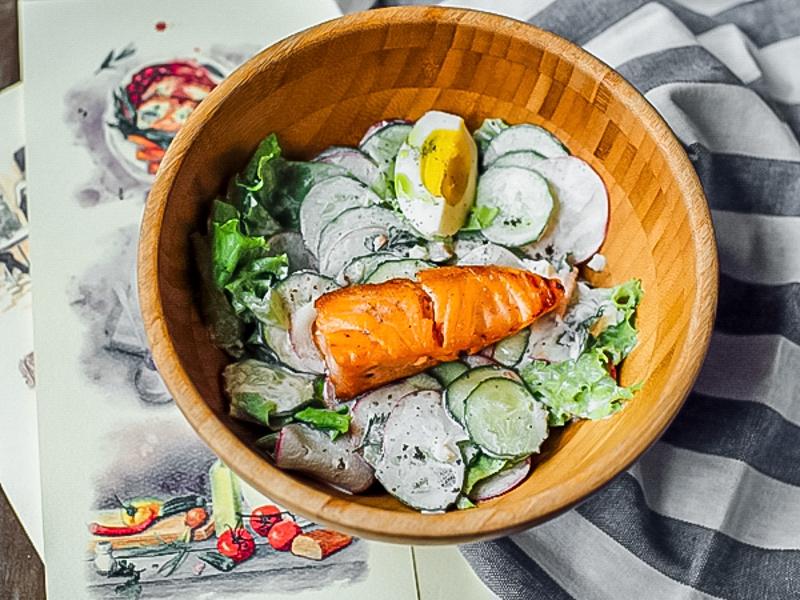 Летний салат со сметаной и лососем