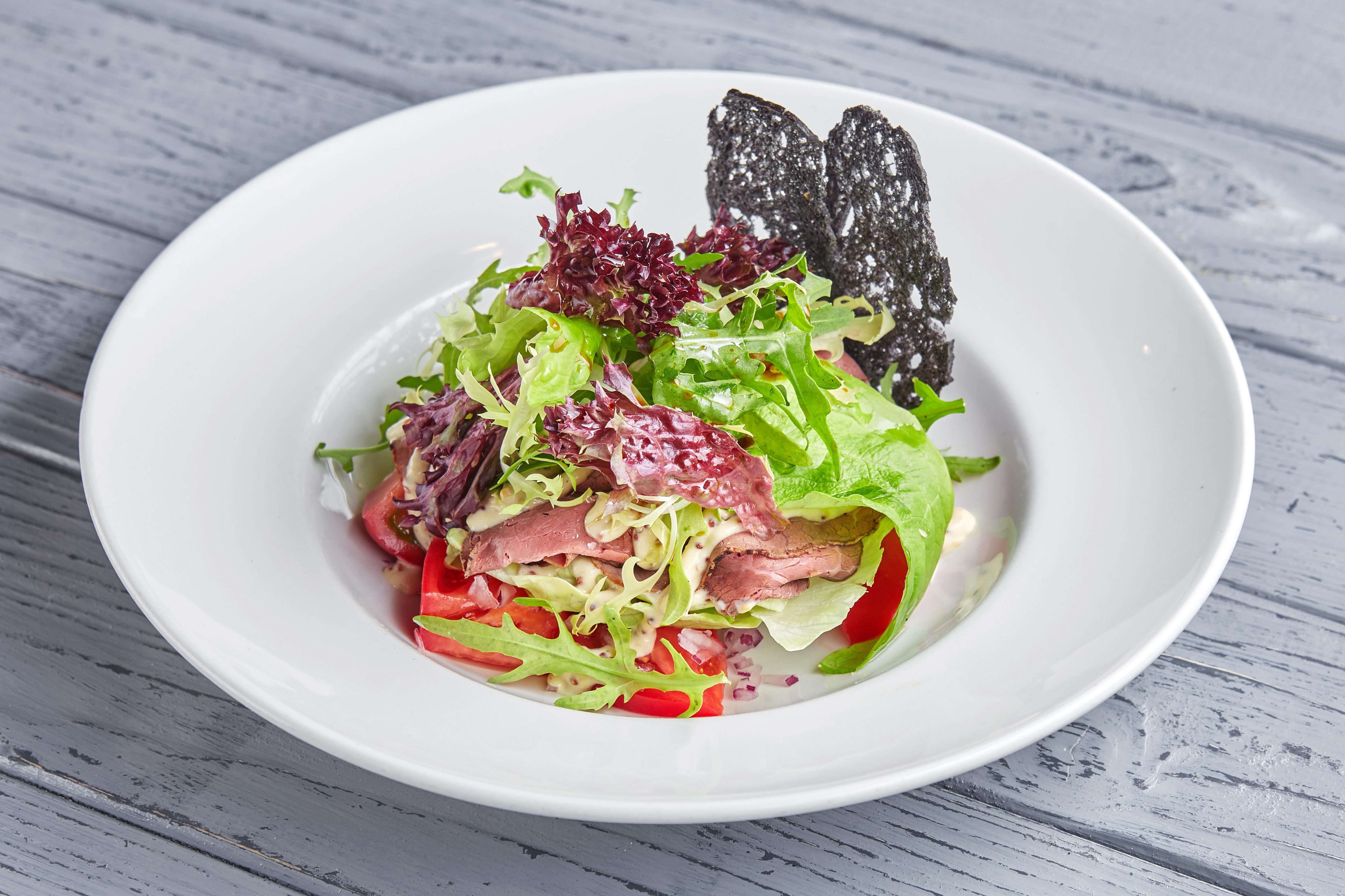 Салат с ростбифом, сладкими томатами и горчичным соусом
