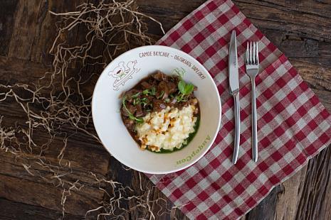 Куриная печень в винном соусе с сельдереем и трюфельным соусом