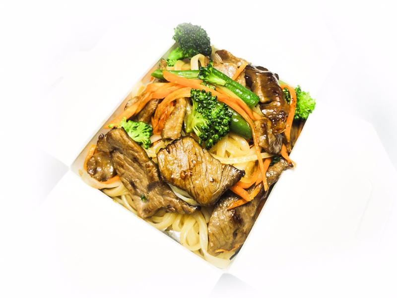 Вок с говядиной и рисовой лапшой