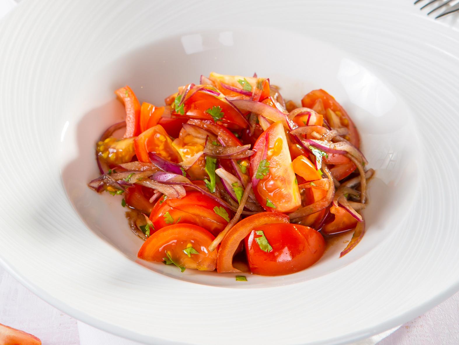 Салат из томатов с ялтинским луком