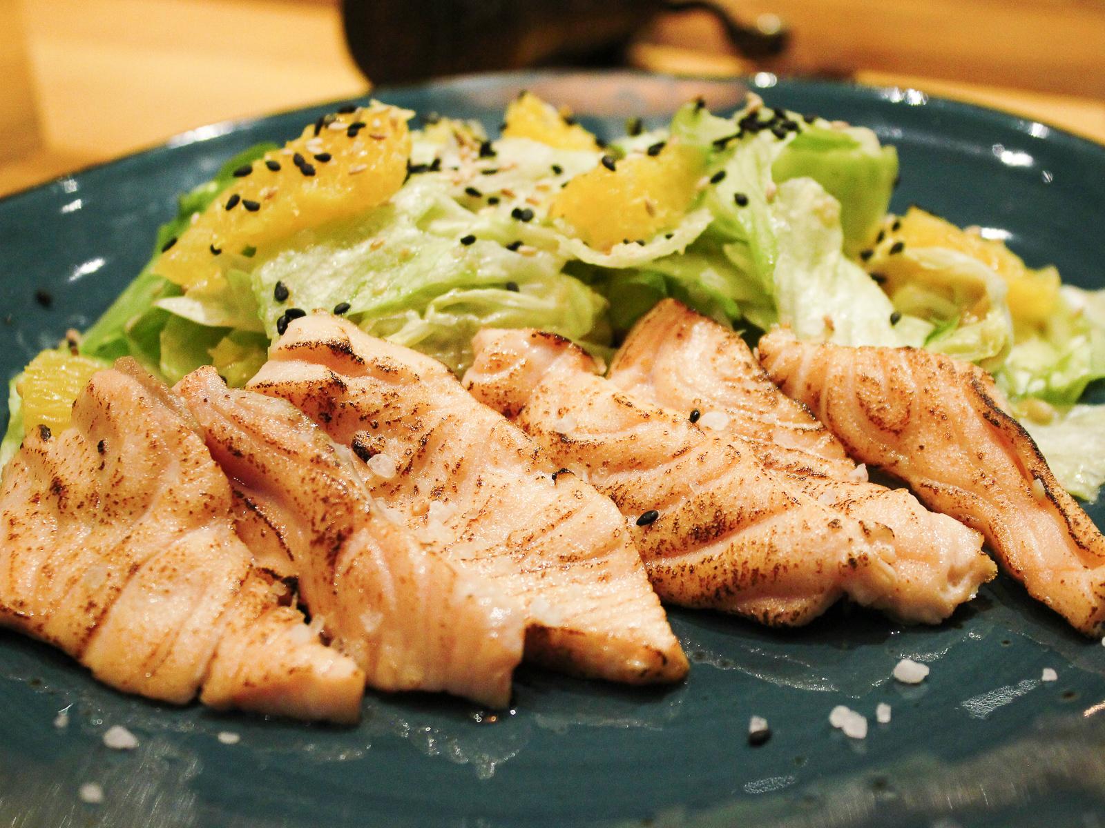 Салат с опаленным лососем
