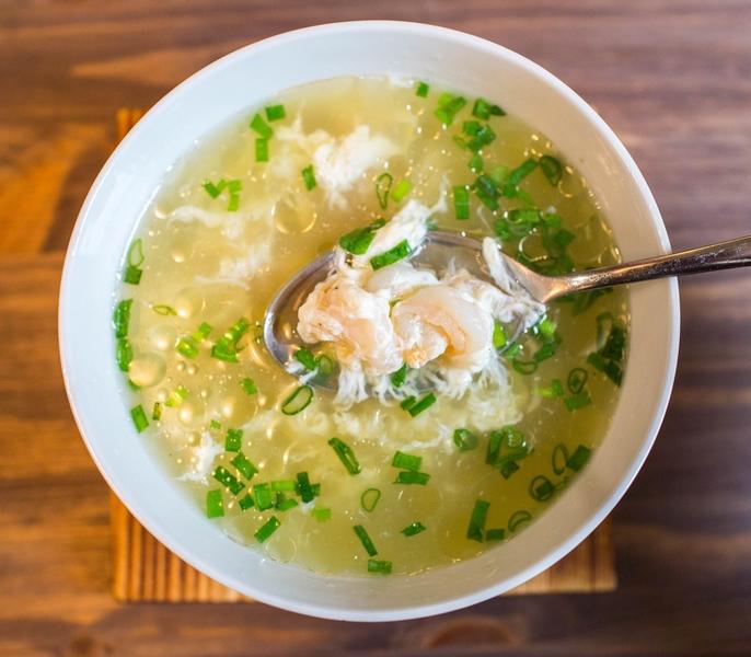 Японский суп с тигровыми креветками и яйцом