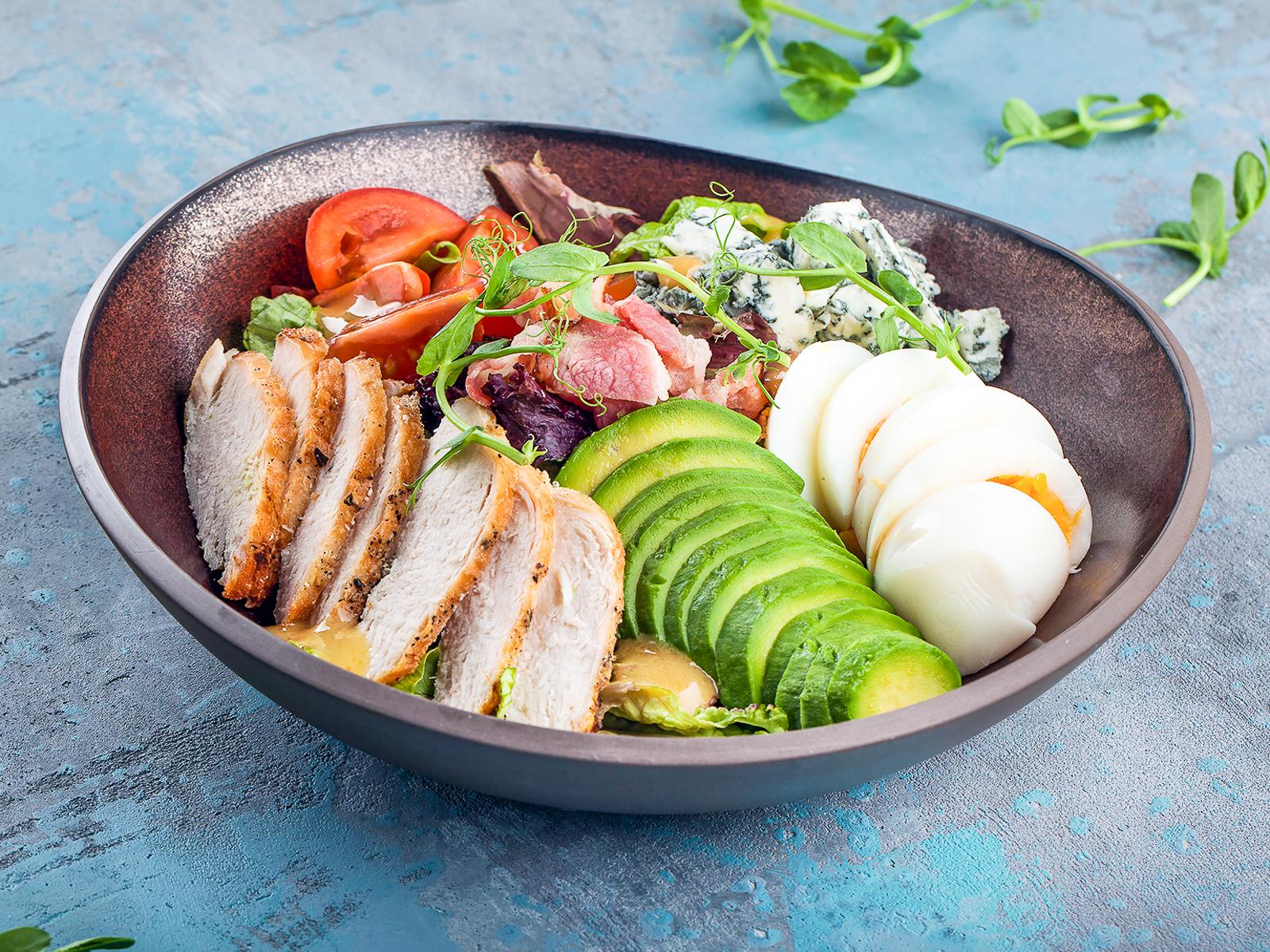 Кобб-салат с курицей гриль, беконом и голубым сыром