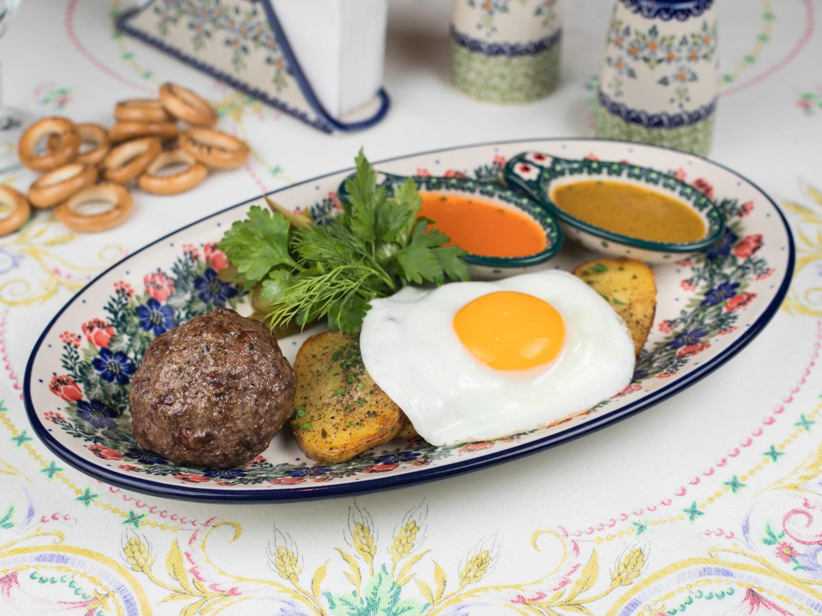 Бифштекс рубленый с яйцом и картофелем