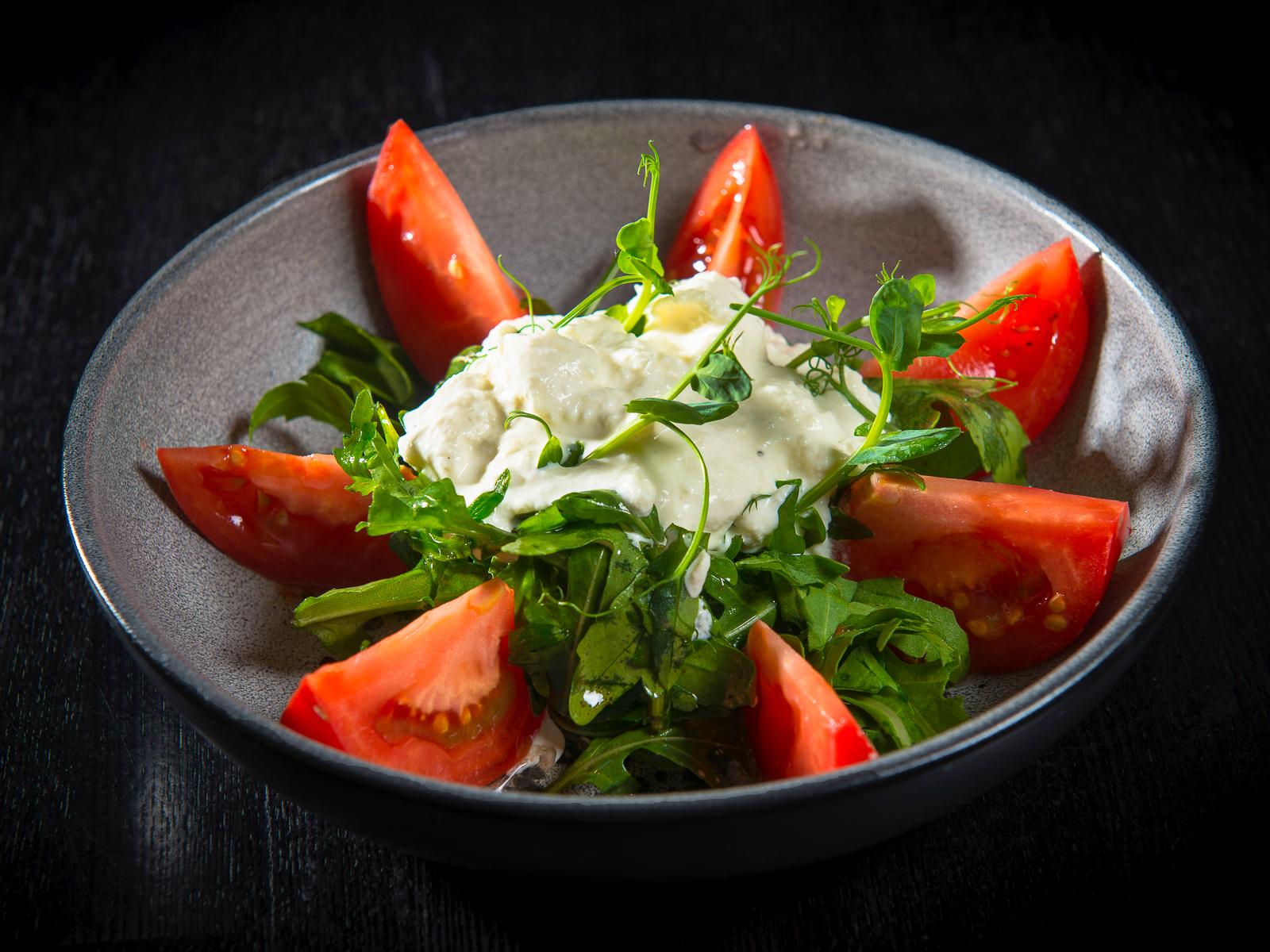 Салат с моцареллой и помидорами в пшеничной корзинке