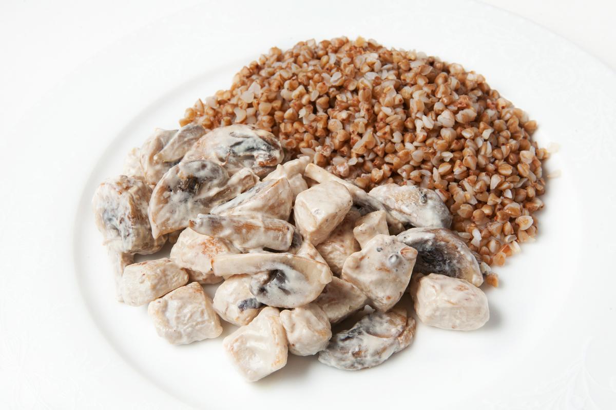 Куриное фрикасе с грибами и гречкой