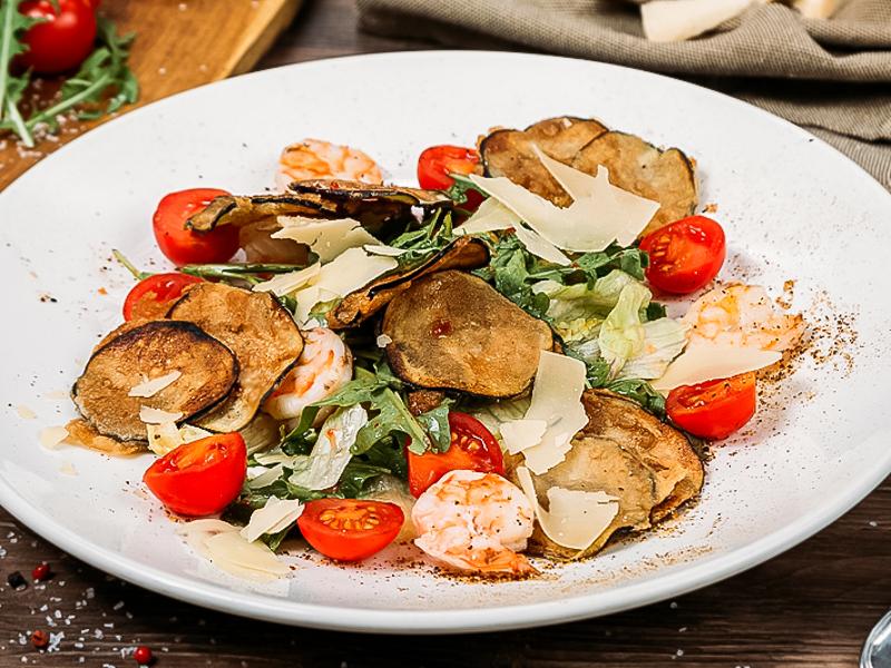 Салат из рукколы и креветок с хрустящими баклажанами