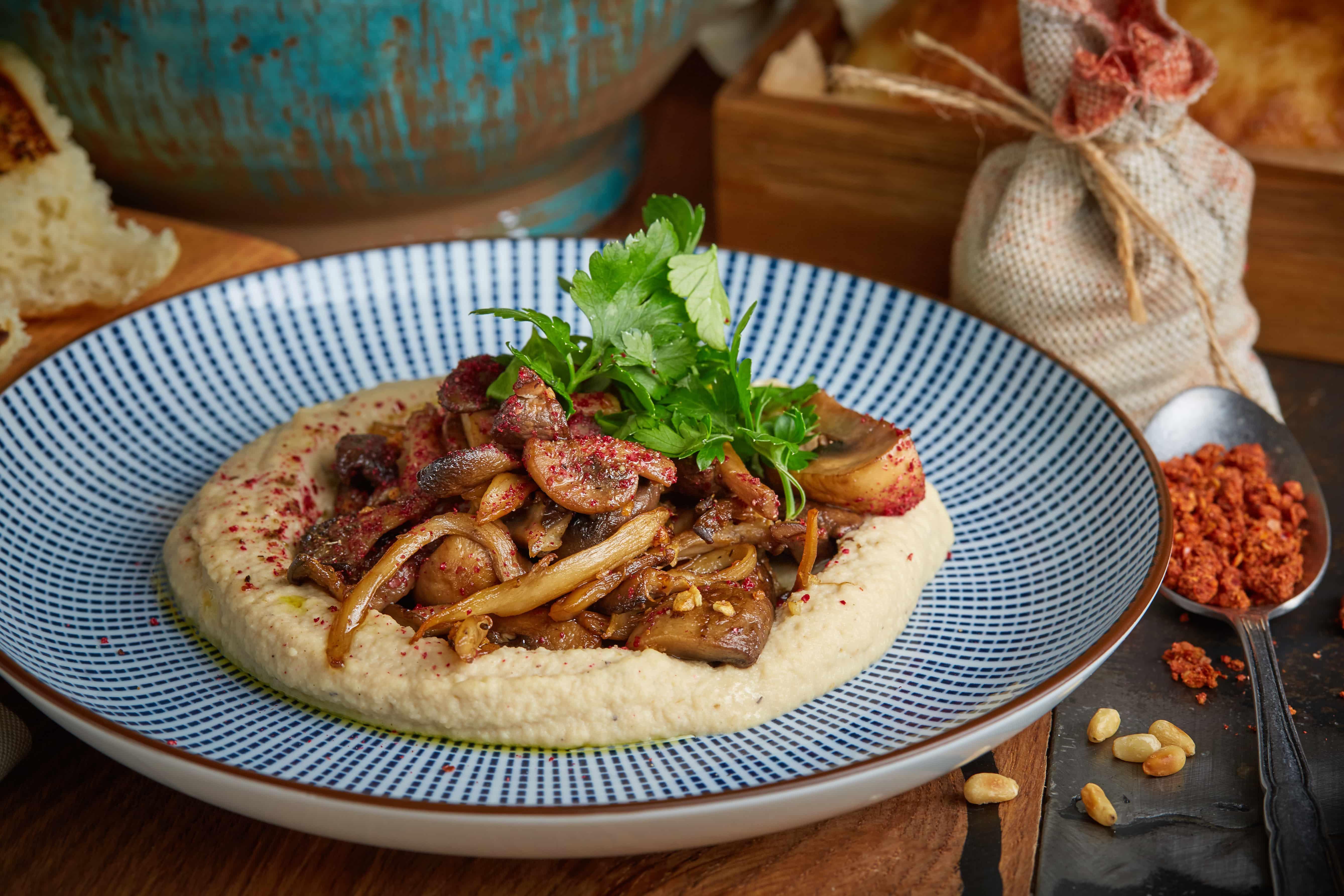 Хумус с грибами и луком