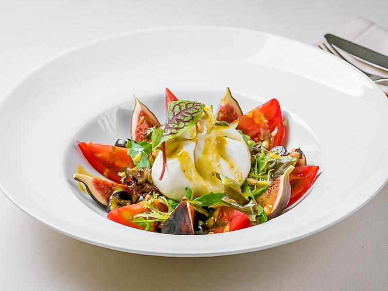 Буррата с томатами и инжиром