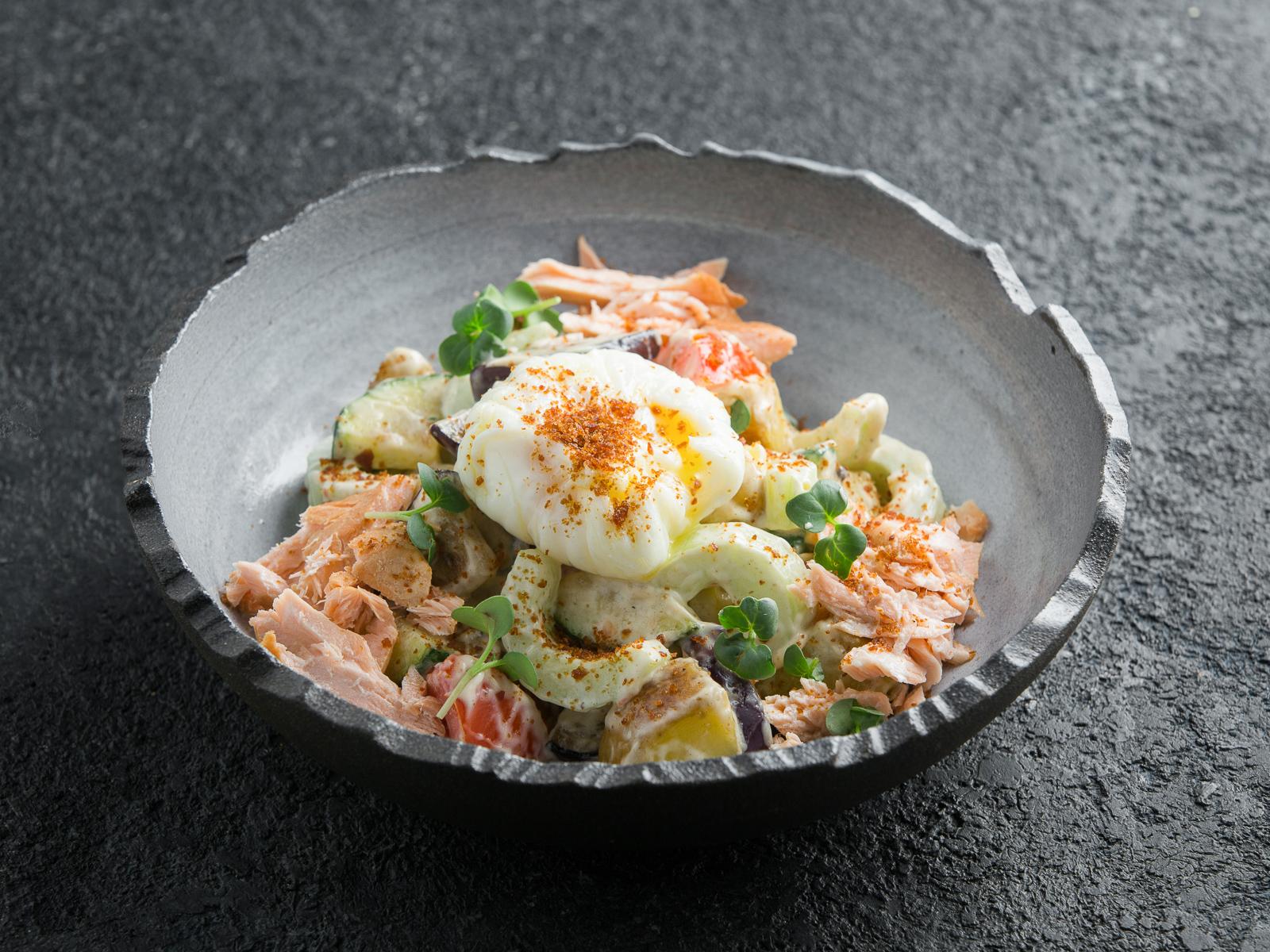 Теплый салат с подкопченным лососем и яйцом-пашот