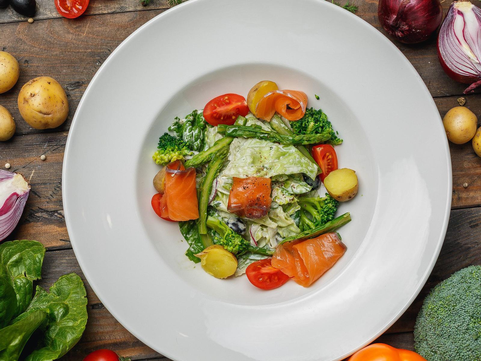 Салат с лососем и соусом из эстрагона