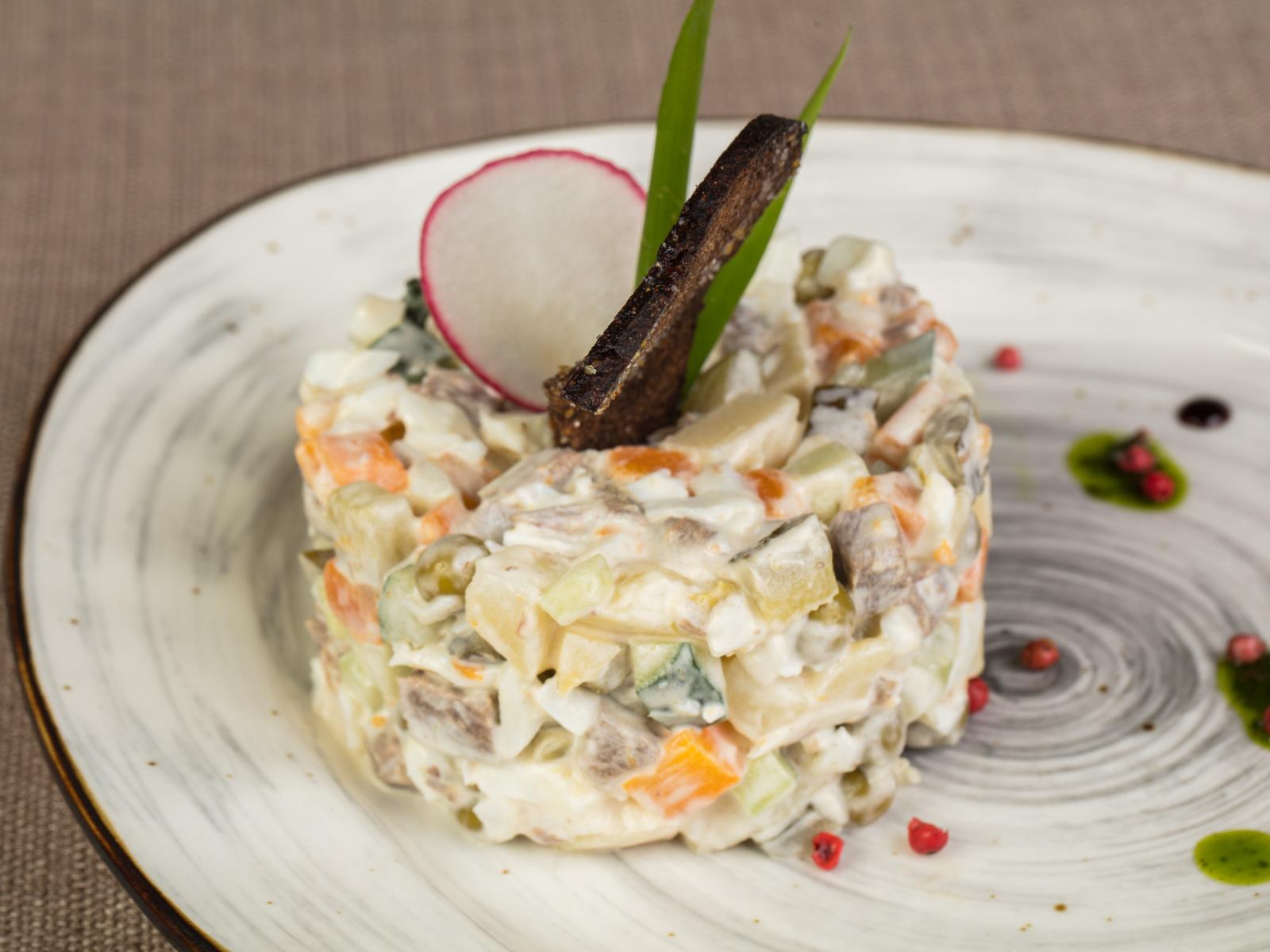 Салат Оливье традиционный с телятиной