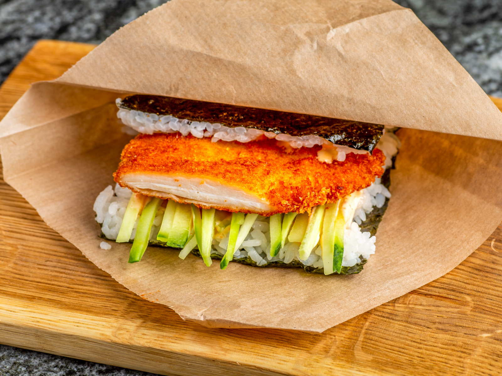 Окинавский сэндвич хрустящий цыпленок с соусом тонкацу