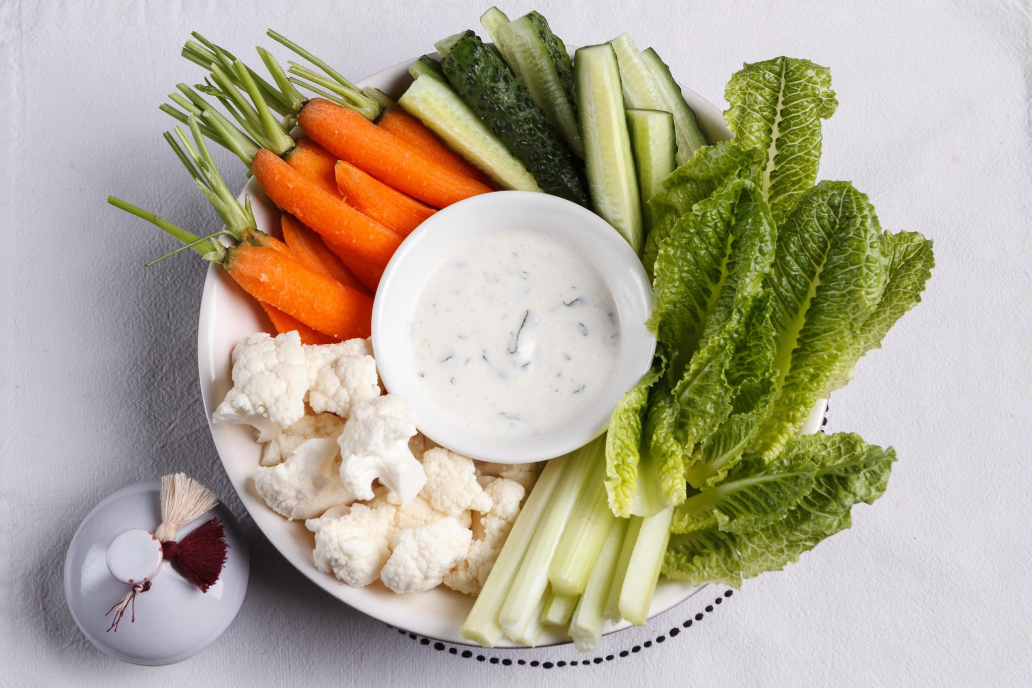 Свежая зелень и овощи с муссом из авокадо/зеленой тахиной/йогуртом