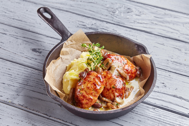 Куриные котлеты с соусом из опят и картофельным пюре