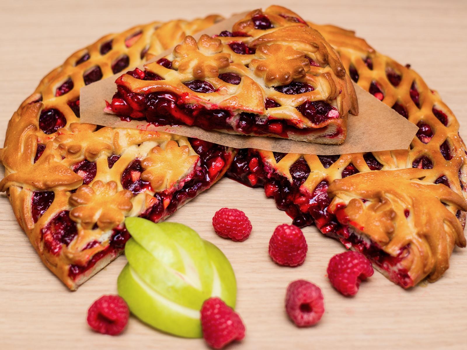Пирог с малиной и яблоками