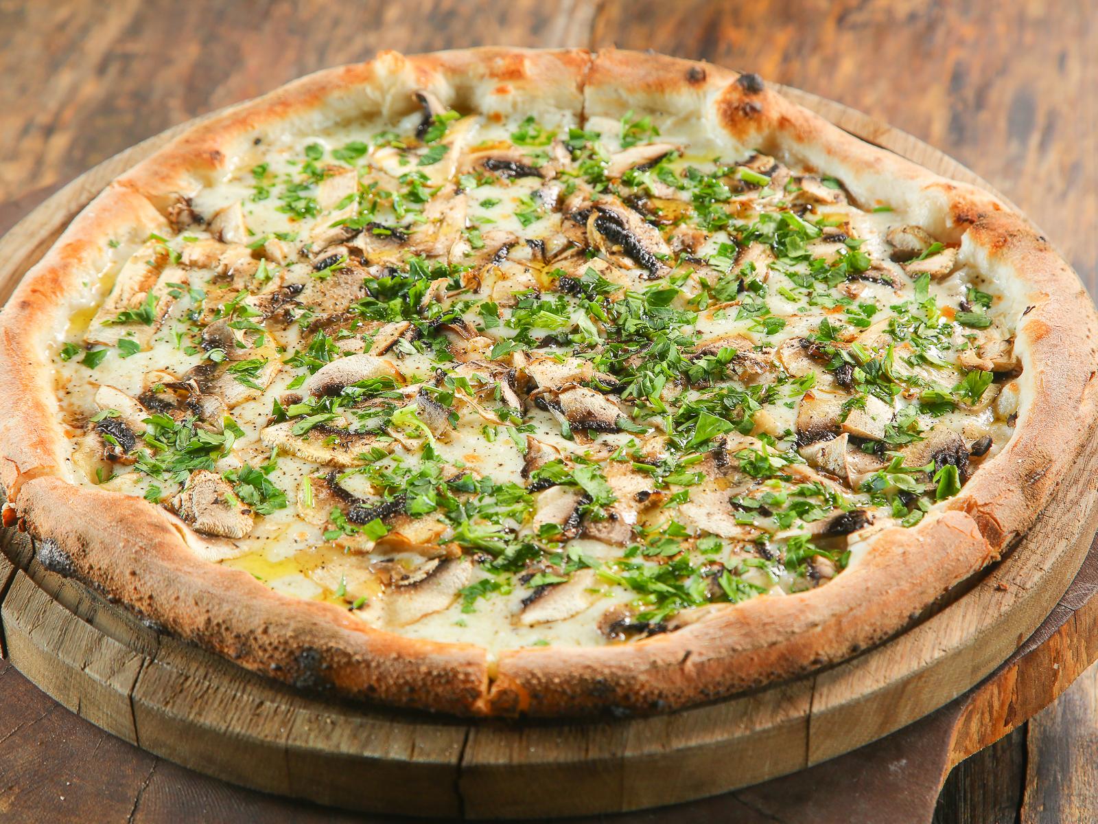 Пицца с грибами и трюфельным маслом