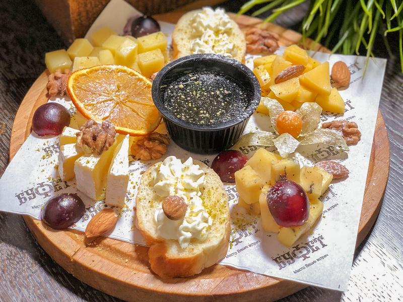 Ассорти сыров с джемом и орешками