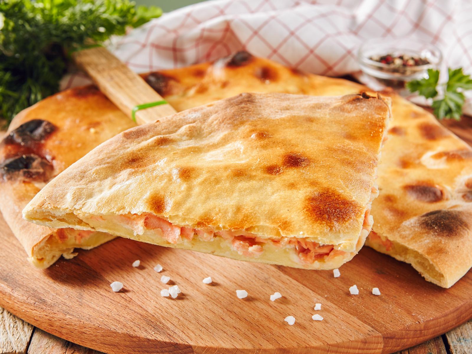 Пирог с лососем, картофелем и сыром