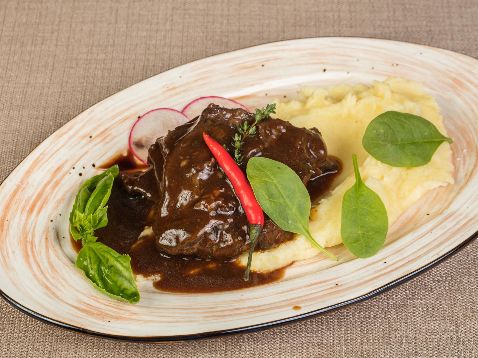 Томленые телячьи щечки в мясном соусе Демиглас с картофельным пюре