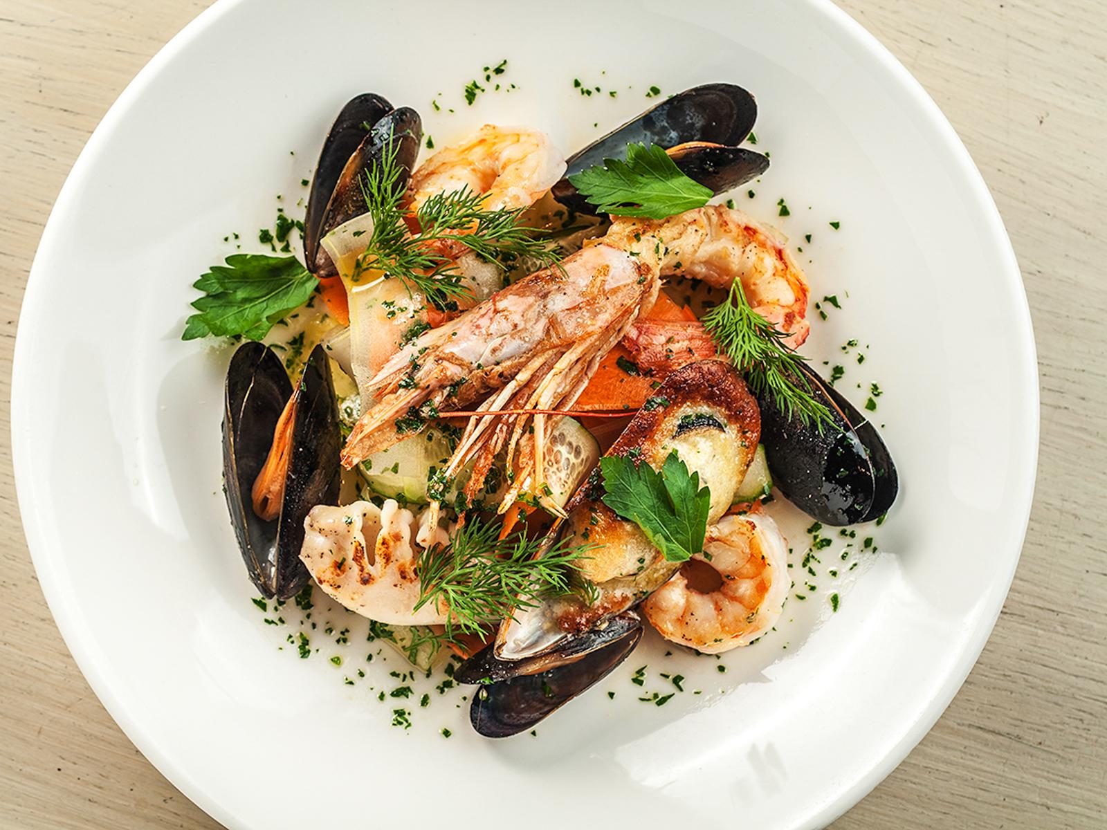 Салат теплые морепродукты в лимонно-оливковом соусе